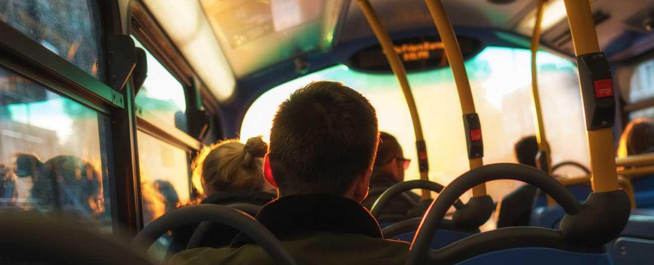 Qual idade mínima para viajar sozinho de ônibus?